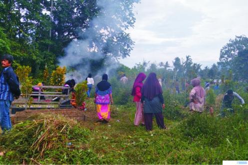 Warga Koto Baru Balai Janggo, Kelurahan Kapalo Koto Dibalai, Kecamatan Payakumbuh Utara gotong royong membersihkan Pandam Perkuburan Dangau Ampiang, Minggu (04-04-2021). ERZ