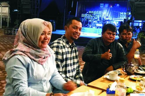 Joni Hendri (dua dari kiri) bersilaturahmi dengan sejumlah anggota DPRD Kota Payakumbuh lintas parpol, Selasa (26/01/2021) malam di Cafe Agam Jua, Kota Payakumbuh. FKC