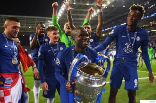 Pemain gelandang Chelsea, N'golo Kante mengangkat tropi Liga Champions, setelah club asal London itu mengalahkan Manchester City 1-0, Minggu (30/05/2021) dini hari WIB. NET