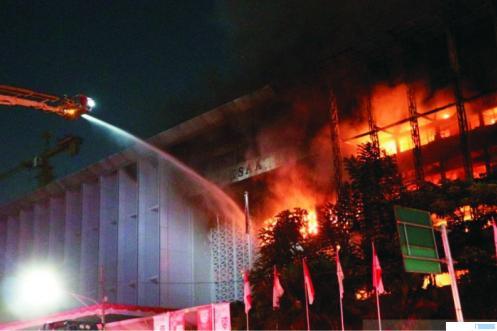 Upaya pemadaman api yang membakar Gedung Kantor Kejagung RI di Jakarta. NET