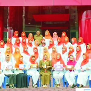 Pimpinan dan Staf Puskesmas Gunung Medan, Kecamatan Sitiung, Kabupaten Dharmasraya yang telah memberikan penanganan kepada Nenek Karinem yang mengidap kanker payudara. IST