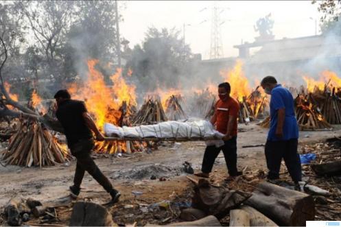 Pembakaran jenazah pasien Covid-19 yang meninggal dunia juga dilakukan di halaman dan lapangan parkir menyusul banyaknya warga India yang meninggal akibat Covid-19. Dalam 24 jam terakhir, bahkan jumlah pasien Covid yang meninggal mencapai 3.417 orang. NET