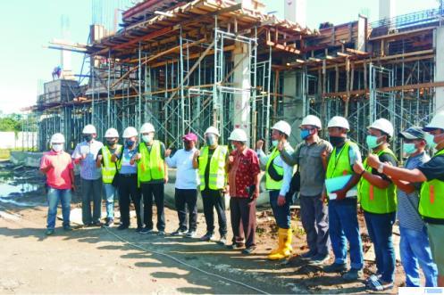 Direktur Jenderal Penyediaan Perumahan Kementerian PUPR Khalawi Abdul Hamid beserta rombongan melakukan monitoring progres pembangunan Kampus II ITP dan didampingi Rektor ITP Hendri Nofrianto dan jajarannya, Sabtu (18/07/2020). IST
