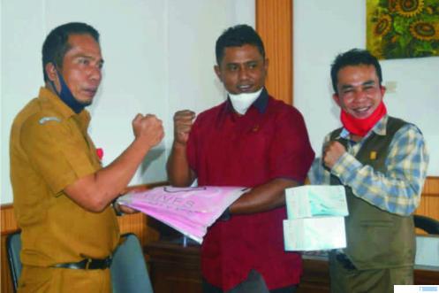 Ketua DPRD Kabupaten Solok, Jon Firman Pandu (tengah), dalam suatu kegiatan, Selasa (07/04/2020). JON