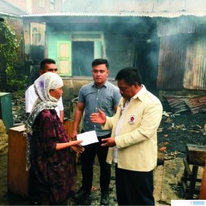 Ketua DPRD Kabupaten Pasaman Barat Parizal Hafni menyerahkan bantuan kepada korban kebakaran di Pinagar, Kenagarian Aur Kuning,  Kecamatan Pasaman, Kabupaten Pasbar, Minggu, (12/7/2020). RIZAL
