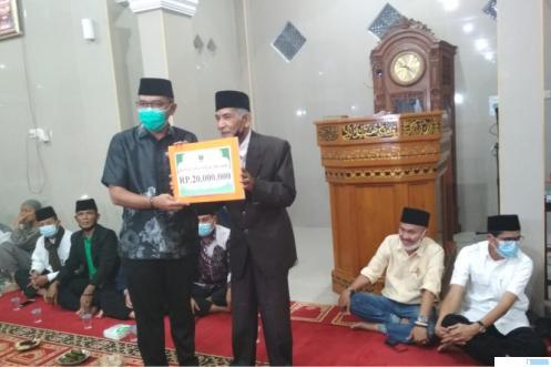 Ketua DPRD Provinsi Sumatera Barat, Supardi, menyerahkan bantuan Pemprov Sumbar Rp20 juta kepada Pengurus Masjid Al-Mukaramah, Buya Muslim Yusuf pada kunjungan Tim Safari Ramadhan (TSR) Provinsi Sumbar ke masjid itu, Sabtu (17-04-2021). ERZ