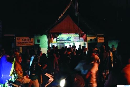 Warga Ampang Kuranji Kecamatan Koto Baru Kabupaten Dharmasraya Sumatera Barat, mendatangi kantor wali nagari karena tidak puas dengan pembagian BLT. ist