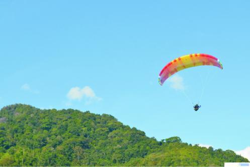Atlet Paralayang Sumbar yang berlatih di Gunung Bungsu, Taeh Baruah, Kabupaten Limapuluh Kota. Kegiatan latihan ini dikunjungi oleh KONI Sumbar beberapa hari yang lalu. NITA