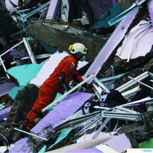 Upaya pencarian korban yang tertimpa reruntuhan akibat gempa di Sulawesi Barat. CNN