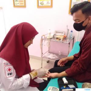 Kegiatan donor darah yang digelar oleh BEM Undhari di Klinik Amanah Kampus Undhari, Rabu (07/04/2021). DI