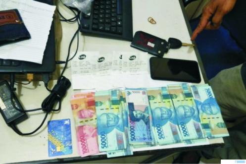 Barang bukti yang diamankan dari DS (20) yang menguras uang yang berada di ATM korban. TNS