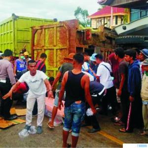 Kecelakaan lalulintas antara dump truck dan enam unit sepeda motor, Rabu (17/03/2021) di Jalinsum Nagari Koto Nan Gadang Guguak, Kecamatan Gunung Talang, Kabupaten Solok. Satu orang tewas dan empat lainnya luka-luka. BERITANDA1.COM