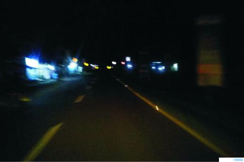 Jalan Mr. Sutan Moh. Rasyid, akses utama menuju Bandara Internasional Minangkabau (BIM) yang gelap gulita di malam hari karena mayoritas lampu PJU tidak menyala alias mati. ERZ