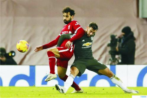 Bintang Liverpool Moh. Salah dan gelandang MU Bruno Fernandes berebut bola, Minggu (17/01/2021) WIB. NET