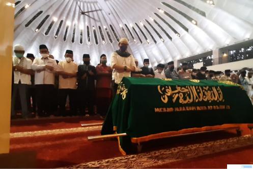 Shalat jenazah almarhum Drs. H. Rusdi Lubis, M.Si di Masjid Raya Sumbar, Selasa (27/04/2021) atau 15 Ramadhan 1442 H. KOMINFO SUMBAR