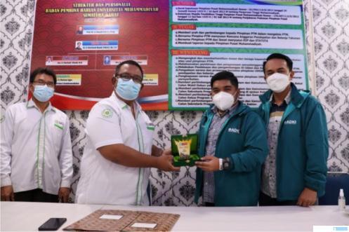 Wakil Rektor I Universitas Muhammadiyah Sumbar Sumatera Barat (UM Sumbar) Dr. Wedy Nasrul, M.Si, menyerahkan kenang-kenanganan kepada Ketua Umum Asosiasi Desa Kreatif Indonesia (ADKI) Fikri El-Azis yang didampingi Ketua ADKI Sumatera Barat Deni Asra, S.Si. DOK.UMSB