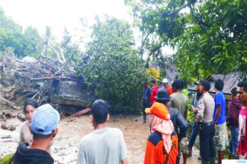 Petugas BPBD Tanah Datar dan masyarakat memberikan pertolongan dan mencari korban hilang pada musibah banjir dan longsor di Malalo, Kabupaten Tanah Datar, Minggu (05/04/2020 pukul 05.15 WIB. IST