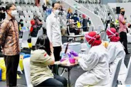 Presiden Jokowi memantau pelaksanaan vaksinasi covid-19 massal. NET