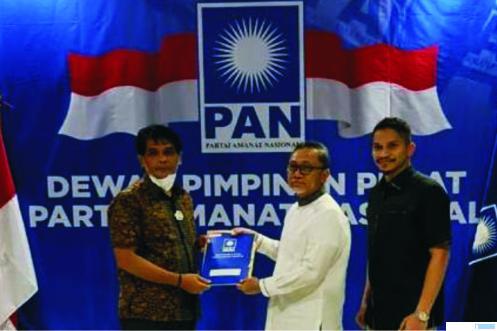Marsanova Andesra menerima SK Ketua DPD PAN Limapuluh Kota dari Ketua Umum PAN Zulkifli Hasan di Jakarta, Jumat (05/03/2021). IST