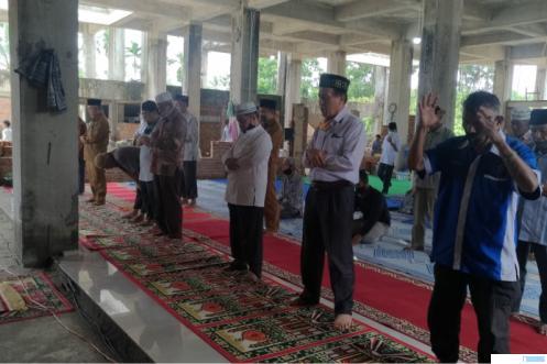 Suasana menjelang Shalat Zuhur berjamaah, Senin (12-04-2021) di Masjid Moh. Hatta, Sarilamak, Ibukota Kabupaten Limapuluh Kota, yang masih terbengkalai. NITA