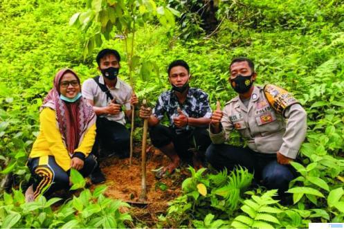 Salah satu pasangan di Nagari Koto Tinggi, Kecamatan Koto Besar, Kabupaten Dharmasraya yang akan menikah, menanam pohon di Hutan Nagari Koto Tinggi sebagai kewajiban sebagai tertuang dalam Pernag Koto Tinggi. DI