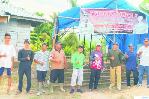Ketua DPRD Kabupaten Dharmasraya, Pariyanto, SH, saat mengunjungi SDN 04 Timpeh lokal jauh di Kampung Jao Nagari Panyubarangan, Kecamatan Timpeh. (DI)