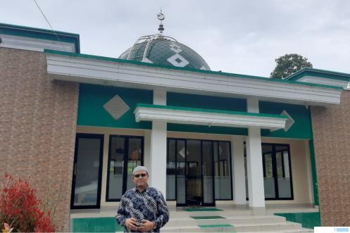 Penulis di depan Surau Burek (kini Mushalla Nurul Falah) Jorong Limo Kampuang, Nagari Sungai Pua, Kabupaten Agam, Selasa (18/05/2021). IST
