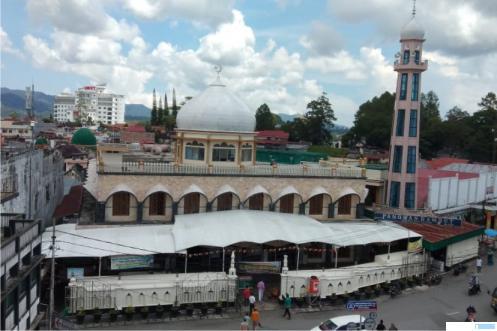 Masjid Raya Kota Bukittinggi di Pasar Atas. Masjid ini memiliki jamaah Majelis Taklim yang jumlah seribuan. Jamaah itu rutin hadir pada setiap dilaksanakan kajian majelis taklim yang digelar setiap Hari Jumat. IRWANDI