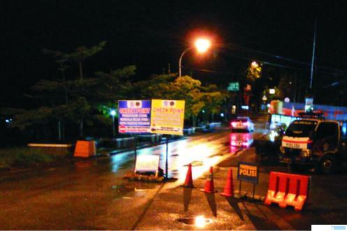 TERLIHAT SEPI-Posko Covid-19 Kota Padang Panjang di perbatasan kota yang sepi, karena belasan relawan mundur, mulai Selasa (05/05/2020) malam. vs