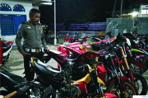 Puluhan sepeda motor yang diamankan jajaran Polres Pasbar, Sabtu (08/08/2020) malam. RIZAL