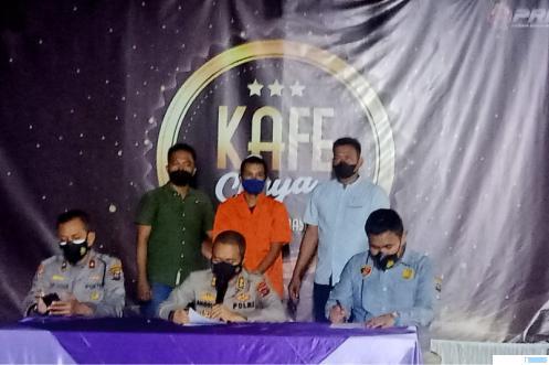 Kapolres Dharmasraya AKBP Anggun Cahyono, SIK didampingi Wakapolres Kompol. Alwi Haskar memberikan keterangan pers, Kamis (30/09/2021) malam. DI