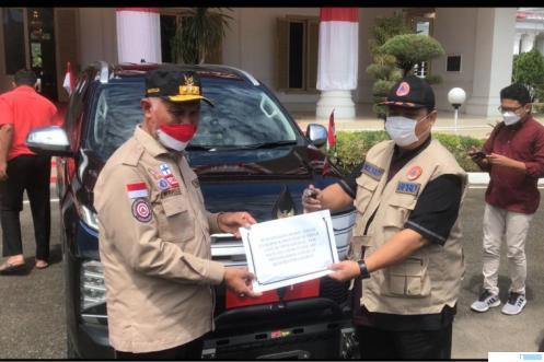 Gubernur Sumbar menyerahkan secara simbolis surat dan kunci mobil dinas barunya Pajero kepada Satgas Covid-19 Sumbar untuk digunakan sebagai kendaraan operasional di Gubernuran Sumbar, Kamis (19/08/2021). KOMINFO SB