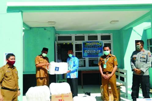 Anggota DPRD Sumbar, Muhayatul, SE, M.Si menyerahkan bantuan 450 paket APD yang disalurkannya untuk Puskesmas Tarusan dan lainnya di Pessel. IST