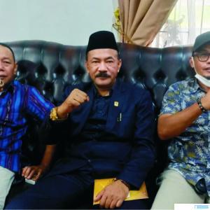 Dua Anggota DPRD Kab. Solok M. Hidayat dan Septrismen bersama Ketua KONI Kab. Solok terpilih Rudi Horizon di Arosuka, Kamis (6/8). wdi