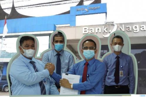 Oktra Firdaus dan Havid Dauli saat serah terima jabatan Kepala Cabang Bank Nagari Payakumbuh. IST/DOK BN