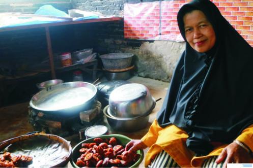Desmiati tengah memasak pinyaram . Makanan khas minangkabau dari Payakumbuh ini telah merambah berbagai kota dan provinsi di Indonesia. Bahkan hingga Malaysia. NITA