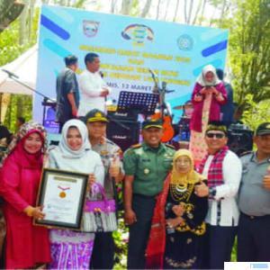 Penyerahan Sertifikat Rekor MURI untuk Kabupaten Pasbar atas pemecahan rekor 'Maapam dengan 1.700 Tungku'