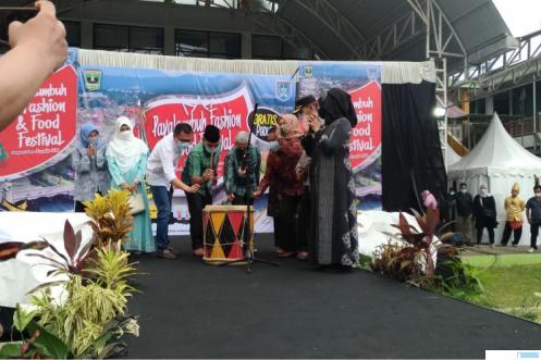 Pembukaan Acara Payakumbuh Fashion dan Food Festival, Minggu (18/04/2021) sore di Medan Nan Bapaneh, Ngalau Indah Kota Payakumbuh. IST