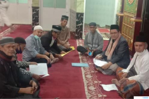 Sekretaris Panitia Pembebasan Tanah, H. Muhajir (tiga dari kanan), dan Ketua Bidang Penggalangan Dana, H. Irwandi Nashir (dua dari kanan) bersama jamaah masjid Ansharullah Muhammadiyah Kota Payakumbuh. IST