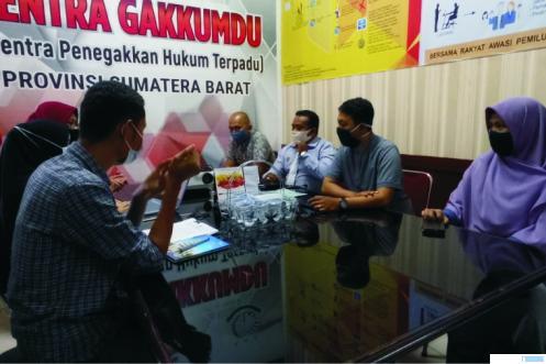 Pelaporan temuan oleh warga soal adanya praktik bagi-bagi beras berstiker dan berkalender salah satu pasangan Cagub/Cawagub di Parupuk Tabing, Padang ke Bawaslu Sumbar, Sabtu (03/10/2020). IST