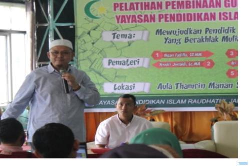 Penggiat integrasi IPTEK dan IMTAQ dalam pembelajaran dari IAIN Bukittinggi, H.Irwandi Nashir saat menjadi narasumber Workshop Pembelajaran Berbasis Integrasi  IPTEK di IMTAQ di Yayasan Pendidikan Islam Raudhatul Jannah Payakumbuh, Sabtu, (10/04/2021). (IST)