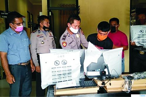 MP (26) tersangka pencurian komputer SMKN 1 Sasak Ranah Pasisie diperagakan oleh Polsek Pasaman Kabupaten Pasbarsaat konfrensi pers. RIZAL