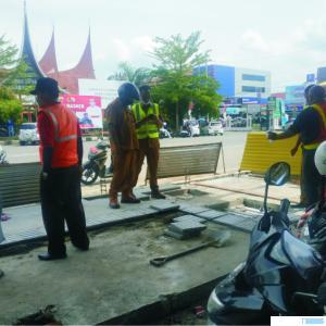 Pengerjaan proyek pendestrian di Jalan Sudirman Payakumbuh sedang berlangsung. NITA
