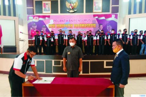 Bupati Dharmasraya Sutan Riska Tuanku Kerajaan menyerahkan bendera KONI kepada Ketua Umum KONI Kabupaten Dharmasraya H Eri Antoni Dt.Tumanggung yang baru saja dilantik, Sabtu (15/08/2020). DI