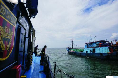 Kapal yang membawa rokok selundupan (kanan) dicegat oleh Kapal Bea Cukai di Perairan Provinsi Kepulauan Riau (Kepri), beberapa hari yang lalu. NET