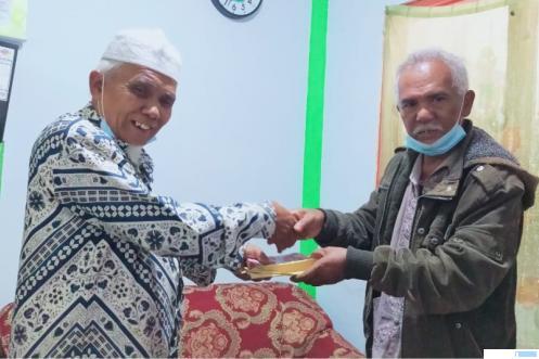 Dt. Kampuang Limo, ayah dari Silvi perantau Limapuluh Kota di Melbourne, Australia menyerahkan bantuan kepada Pimpinan Ponpes Ma'arif Assa'adiyah, Kamis (15-04-2021). IST