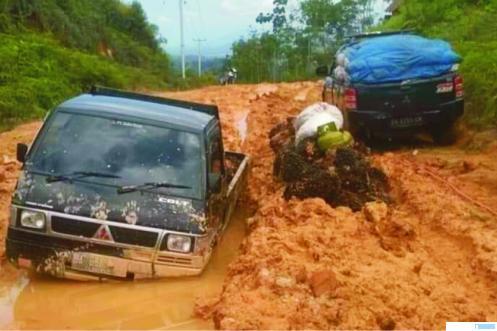 Beginilaih kondisi jalan menuju Nagari Gelugur, Kecamatan Kapur IX Kabupaten Limapuluh Kota yang penuh lubang dan lumpur. NET