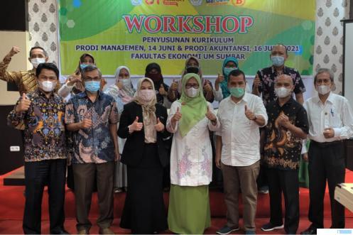 Dekan Fekon UM Sumbar, Dr. Tri Irfa Indrayani, M.Pd bersama narasumber dan para dosen pada pembukaan Workshop Penyusunan Kurikulum. IST