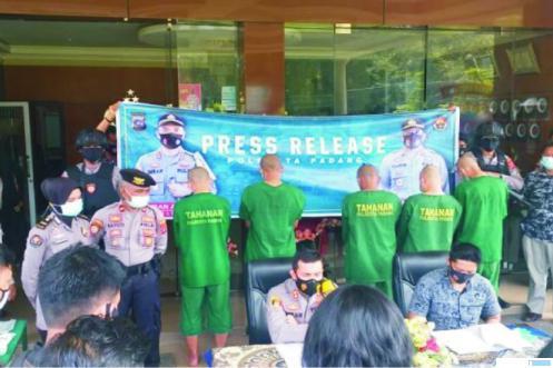 Kapolresta Padang memimpin konfrensi pers penangkapan 5 kawanan pembobol data nassabah bank di Polresta Padang, Jumat (23/10/2020). TNS