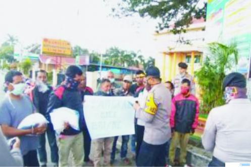 Polres dan Bhayangkari Solok Kota memberikan bantuan masker dan sembako kepada tukang ojek di Kota Solok, Sabtu (11/04/2020). JON